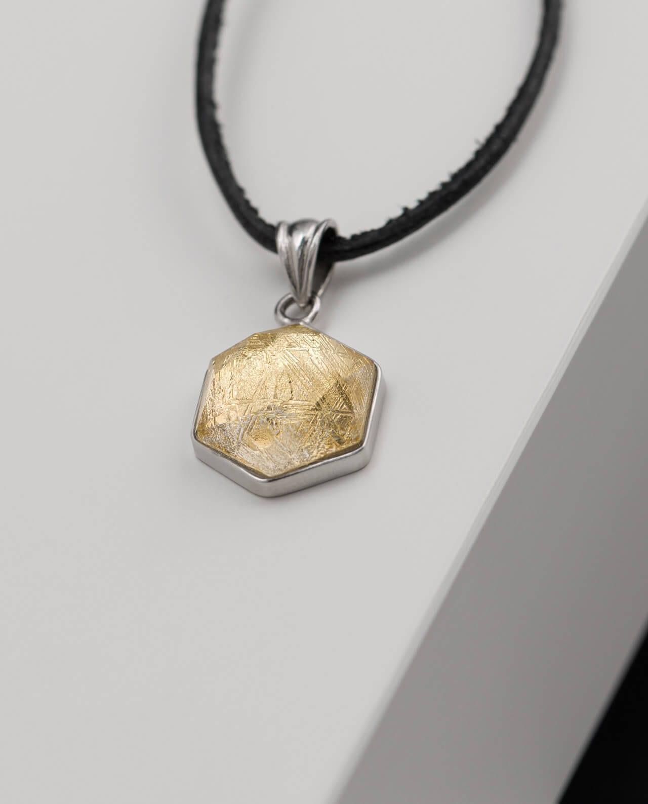 Muonionalusta Meteorit Anhänger Hexagon mit facettiertem Bergkristall